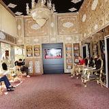 Zona con asientos del vestíbulo