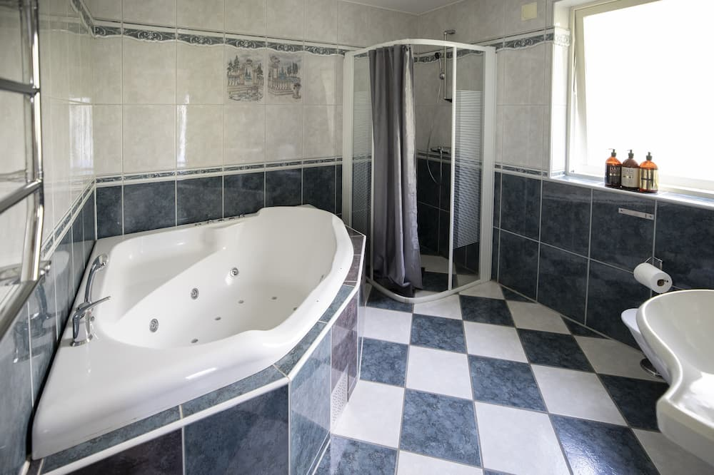Double Room With Private Hot Tub - Bathroom