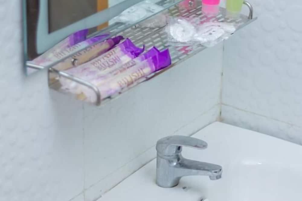 Standard Triple Room - Bathroom Amenities