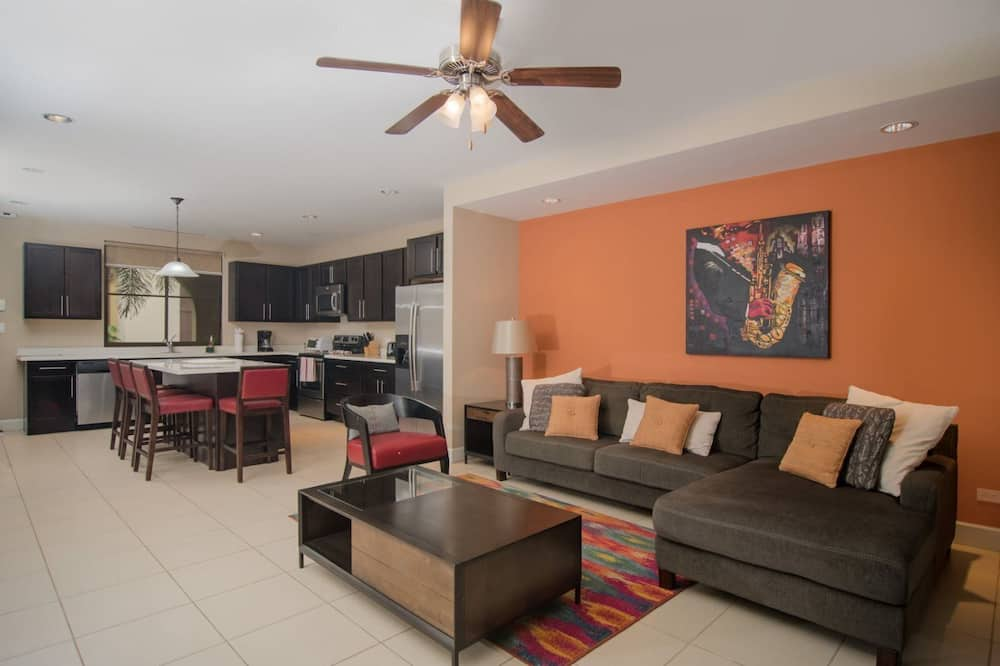 Luxury Condo, 1 King Bed, Kitchen, Pool View - Living Area