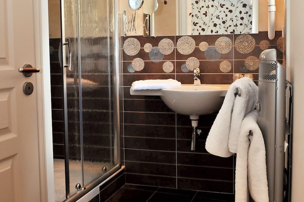 Comfort szoba kétszemélyes ággyal, kilátással a kertre - Fürdőszoba