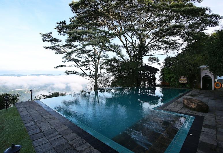 Randholee Resort & Spa, Kandy, Foss í sundlaug