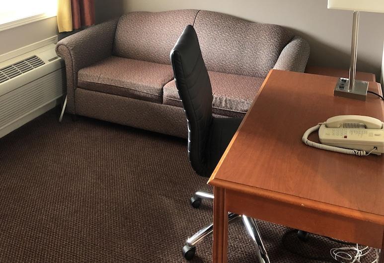 Super 8 by Wyndham Kingston, Кингстон, Люкс, 2 двуспальные кровати «Квин-сайз», для некурящих (2 Bedroom), Зона гостиной