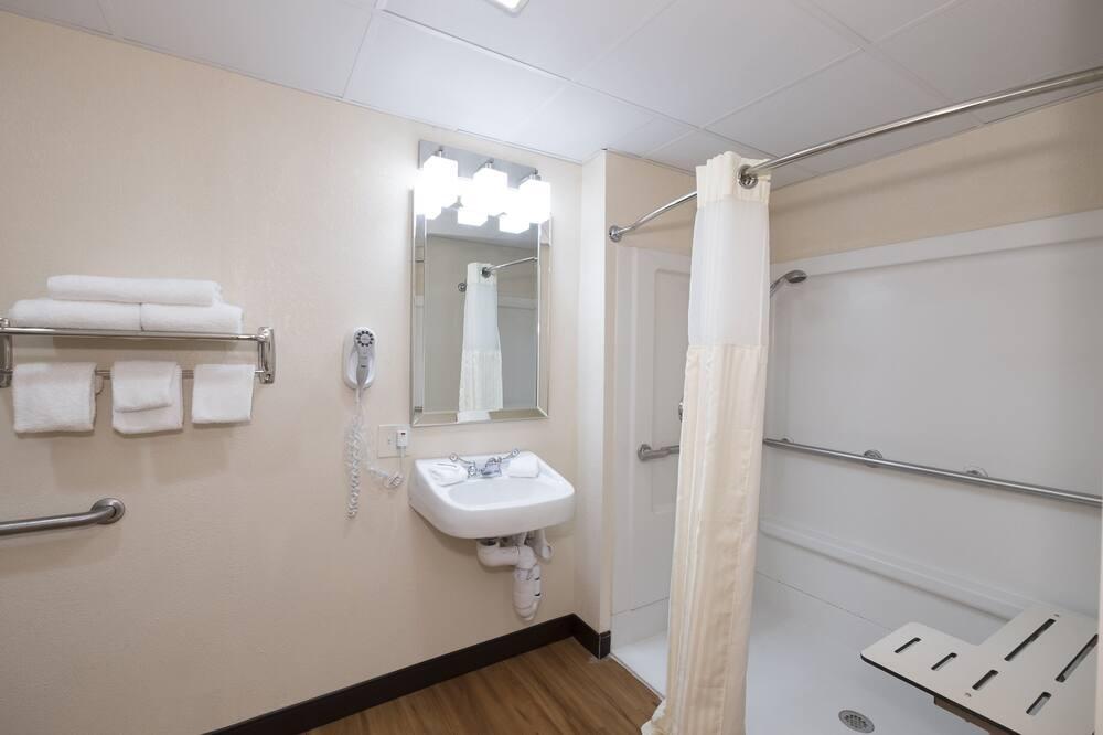 Номер «Делюкс», 1 двуспальная кровать «Квин-сайз», для некурящих (Roll In Shower) - Ванная комната