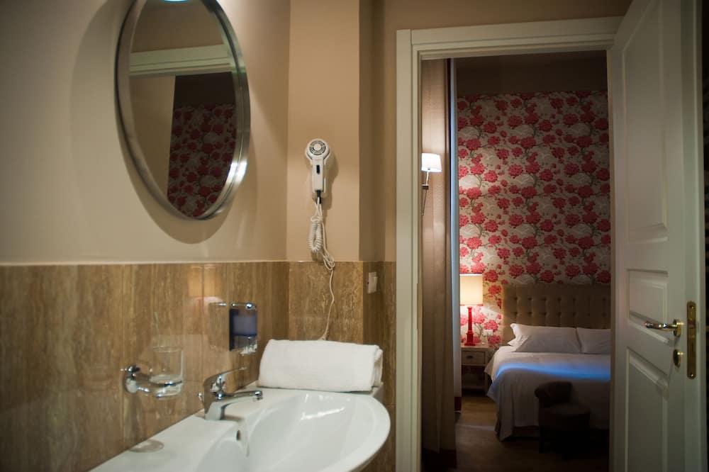 Driepersoonskamer, uitzicht - Badkamer