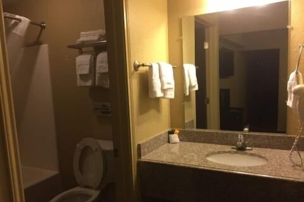 Standard Room, 2 Queen Beds, Non Smoking - Bathroom
