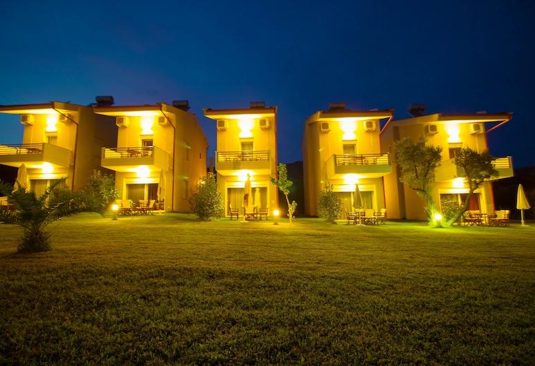 Parea Kalamitsi, Sithonia, Hotellets front – kveld/natt