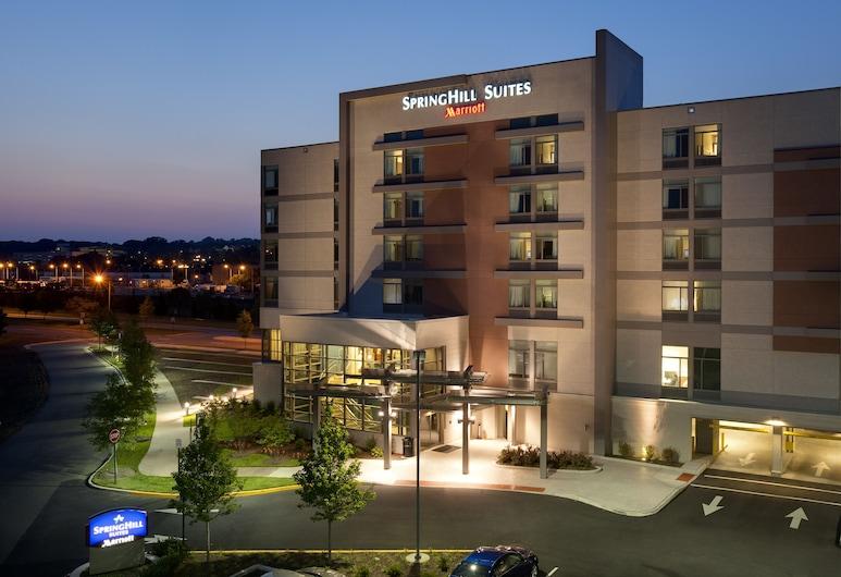 Springhill Suites by Marriott Alexandria Old Town/Southwest, Alexandria, Hotelfassade am Abend/bei Nacht