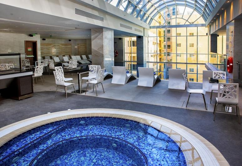 Century Hotel, Dauhá, Bar u bazénu