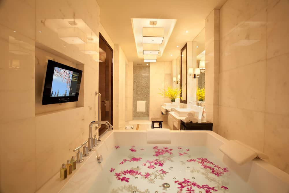 Club Suite, 1 King Bed (Junior) - Bathroom
