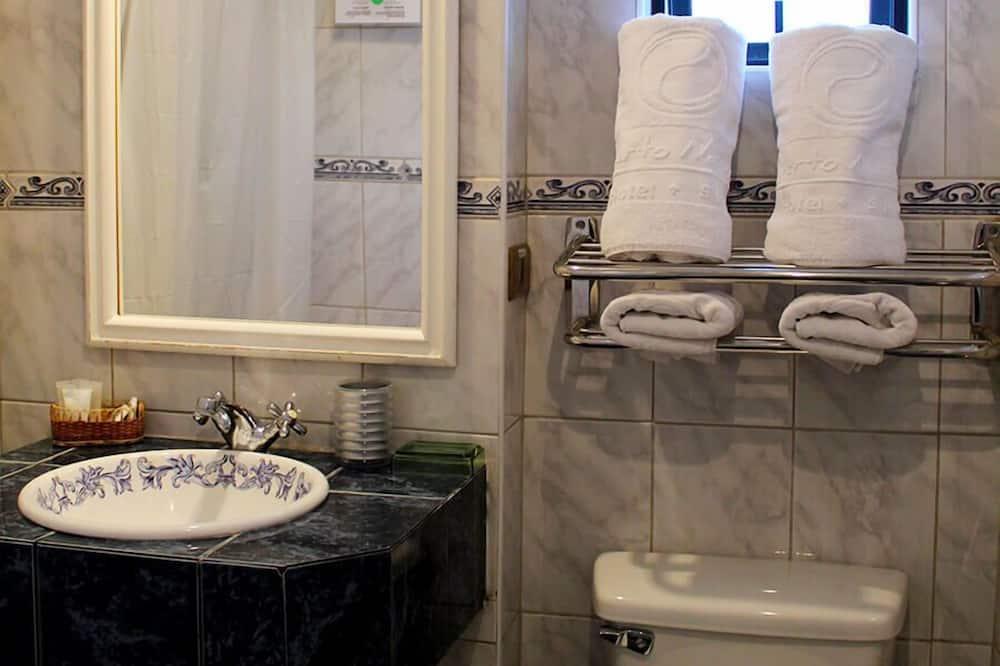 Standard Double Room, 1 Queen Bed, Private Bathroom, Partial Ocean View - Bathroom
