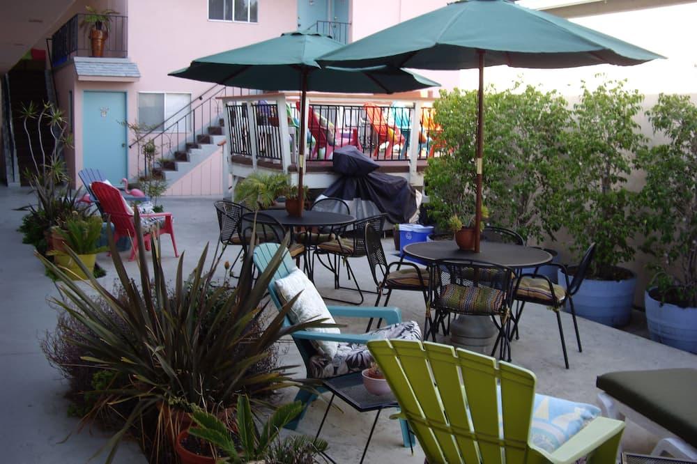 Rom – standard, 1 queensize-seng, terrasse (Pet Friendly, Rooms 5, 6, 7 & 8) - Terrasse/veranda