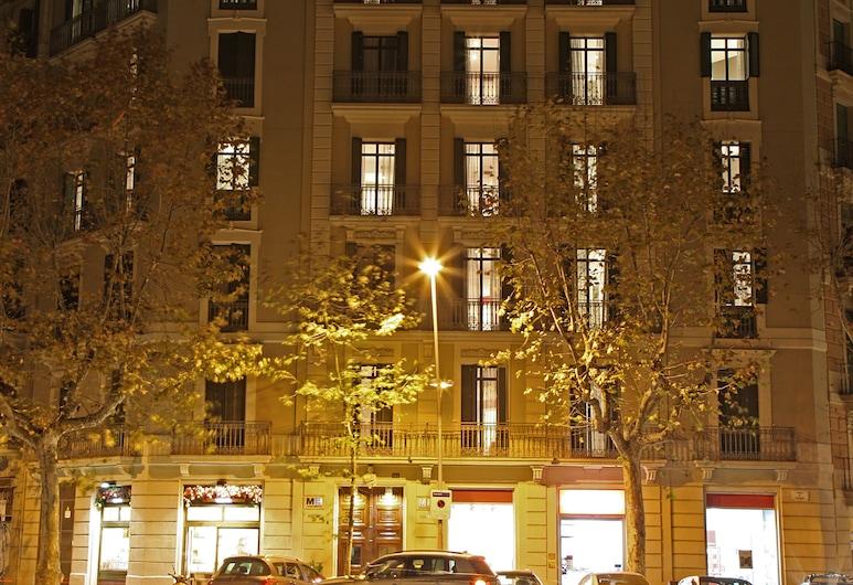 MH Apartments Suites, Barcelona, Vista frontal de la propiedad por la noche