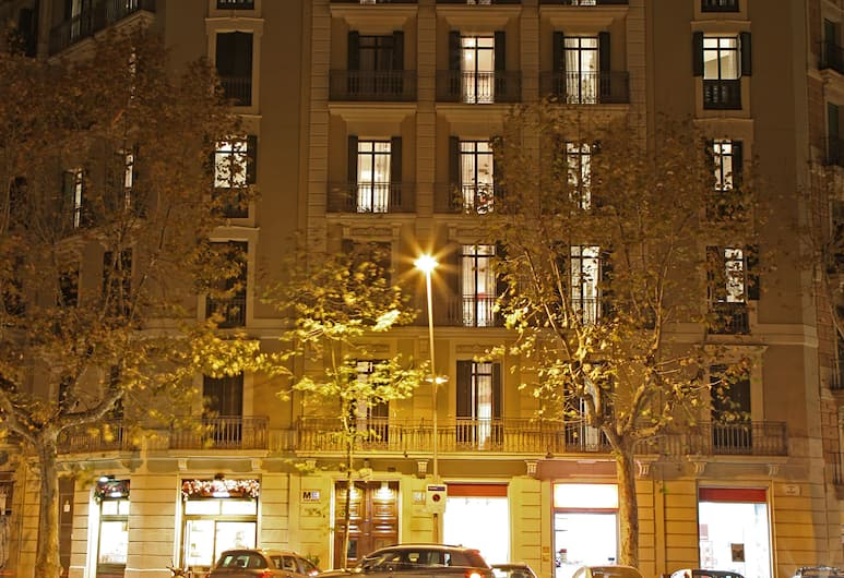MH Apartments Suites, Barcelona, Front of property – evening