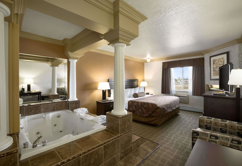 Days Inn by Wyndham High Level, High Level, Standard Room, 1 King Bed, Jetted Tub, Guest Room