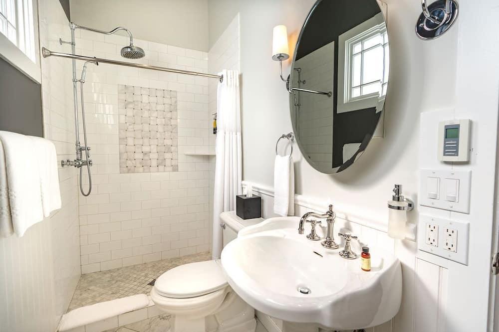 Standard Room, 1 King Bed - Bathroom