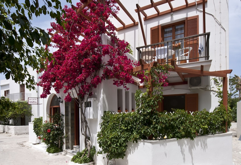 Marisa Rooms, Paros