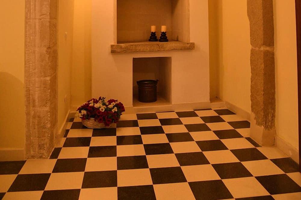 شقة - غرفة نوم واحدة - بمطبخ - حمّام