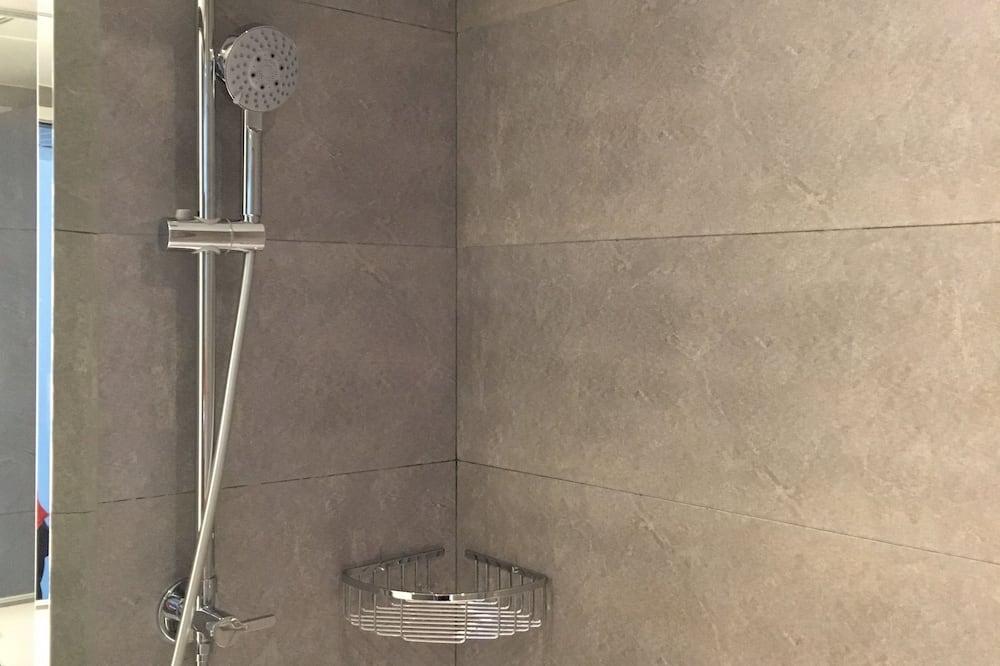 Zuhanyozó a fürdőszobában