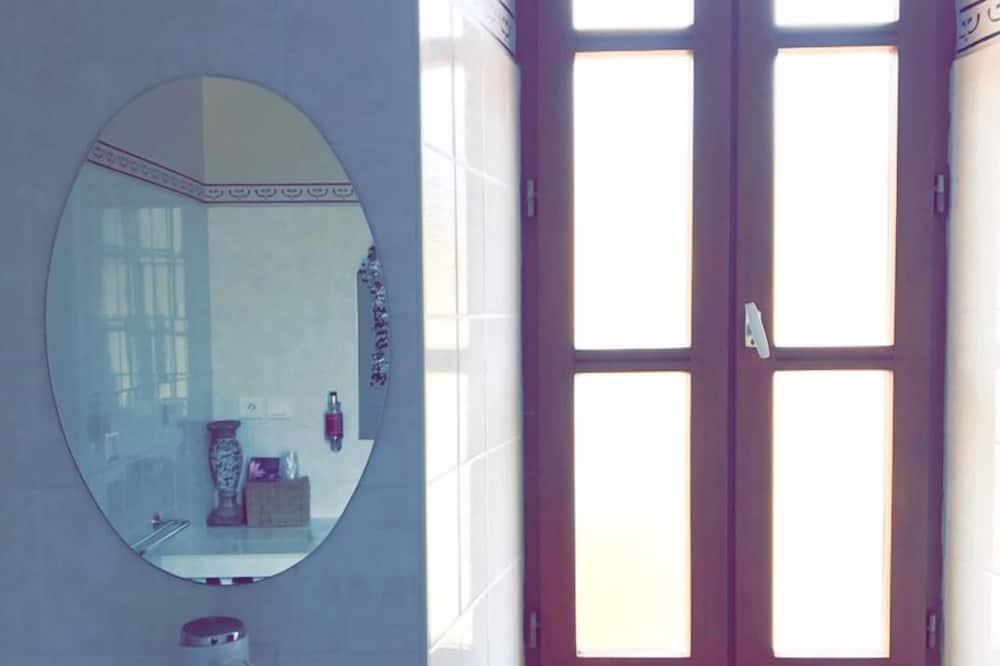 Amber Room - Bathroom