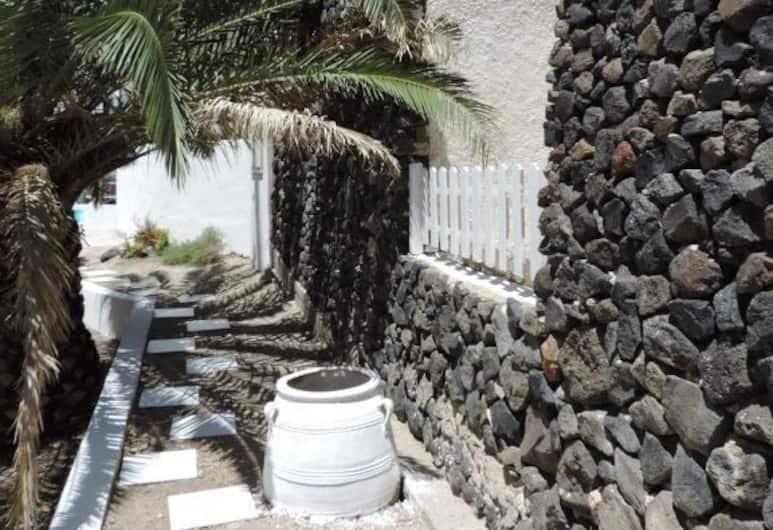 Three Harites, Santorini, Property Grounds