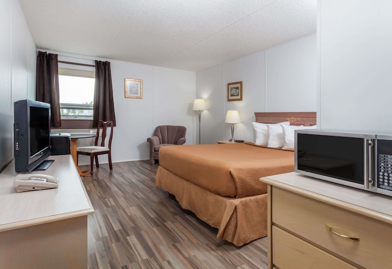 Howard Johnson by Wyndham Melville, Melville, Room, 1 Queen Bed, Non Smoking, Guest Room