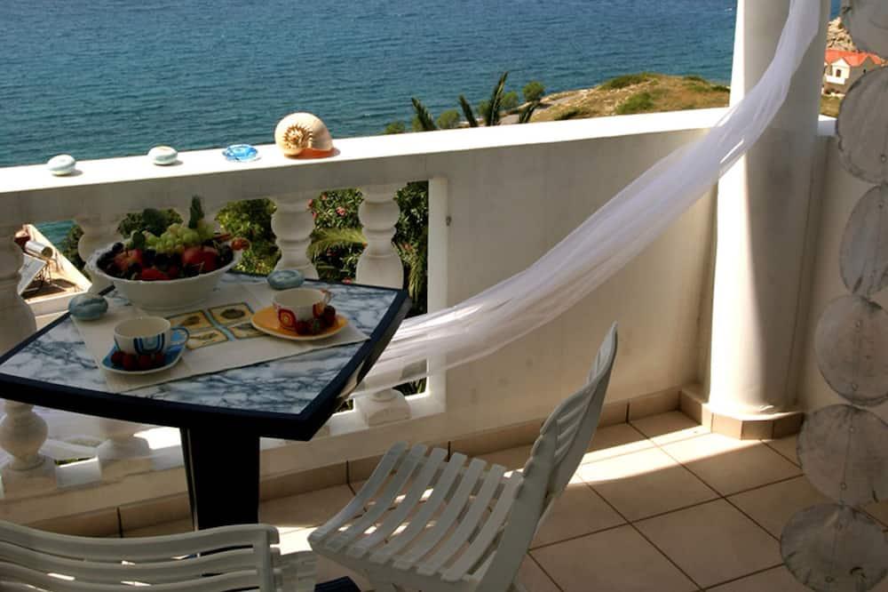 Studio, utsikt mot sjø, hageområde - Balkong