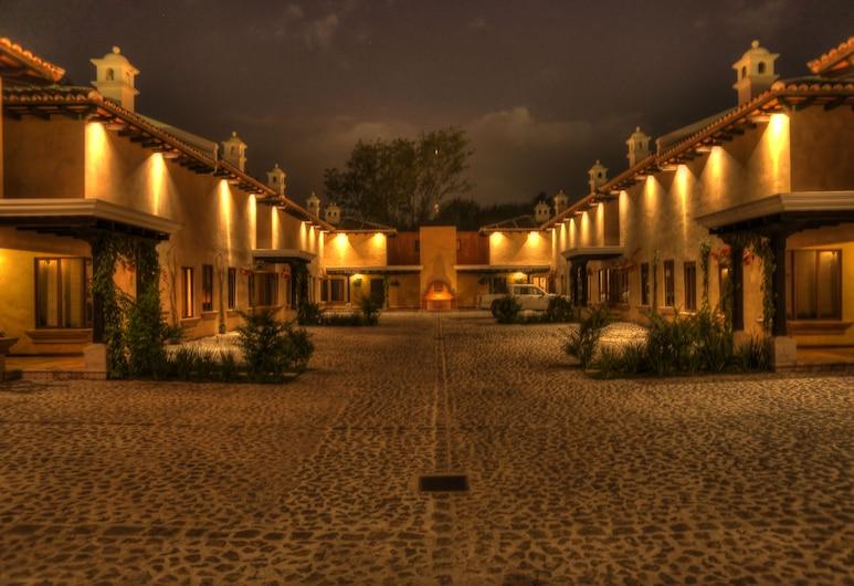 All Suite El Marques de Antigua, Antigua Guatemala, Entrada del hotel (tarde o noche)