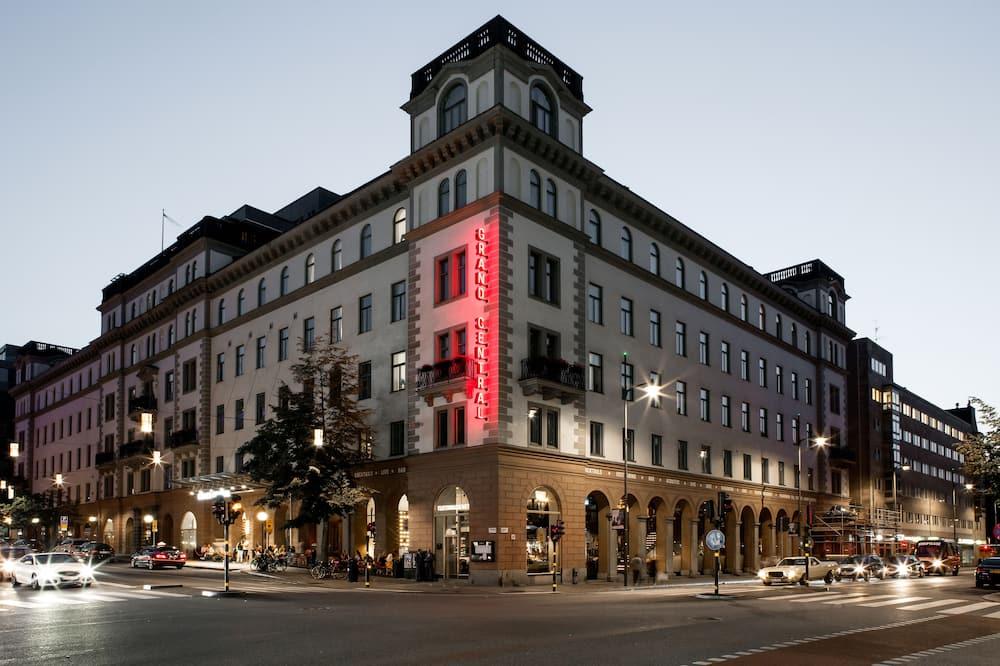 Viesnīcas priekšskats vakarā/naktī