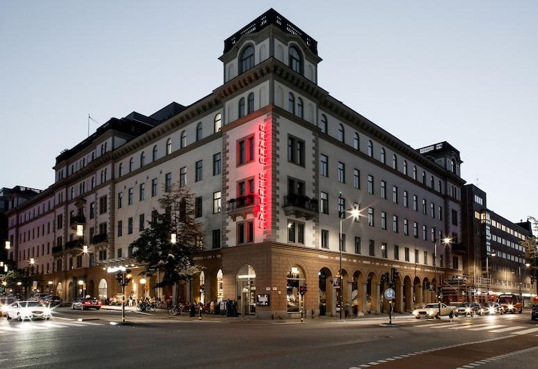 Scandic Grand Central, Estocolmo, Fachada del hotel de noche