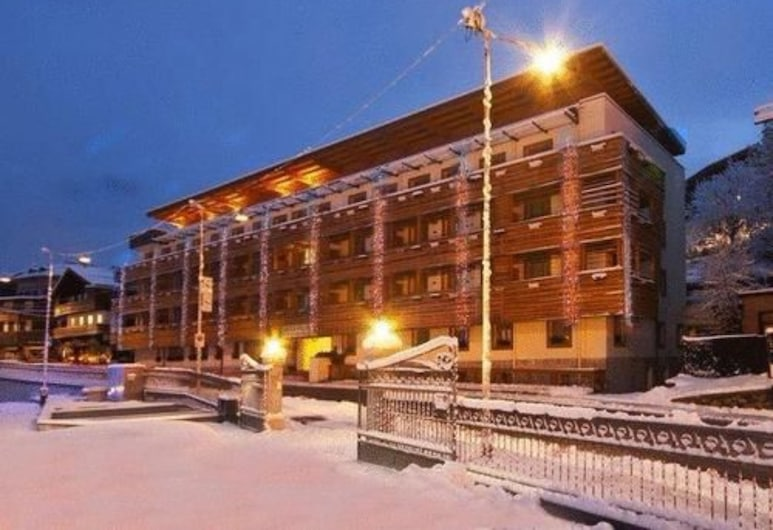 Radisson Residences Savoia Palace Cortina d'Ampezzo, Кортіна-Д'Ампеццо, Фасад готелю (вечір/ніч)