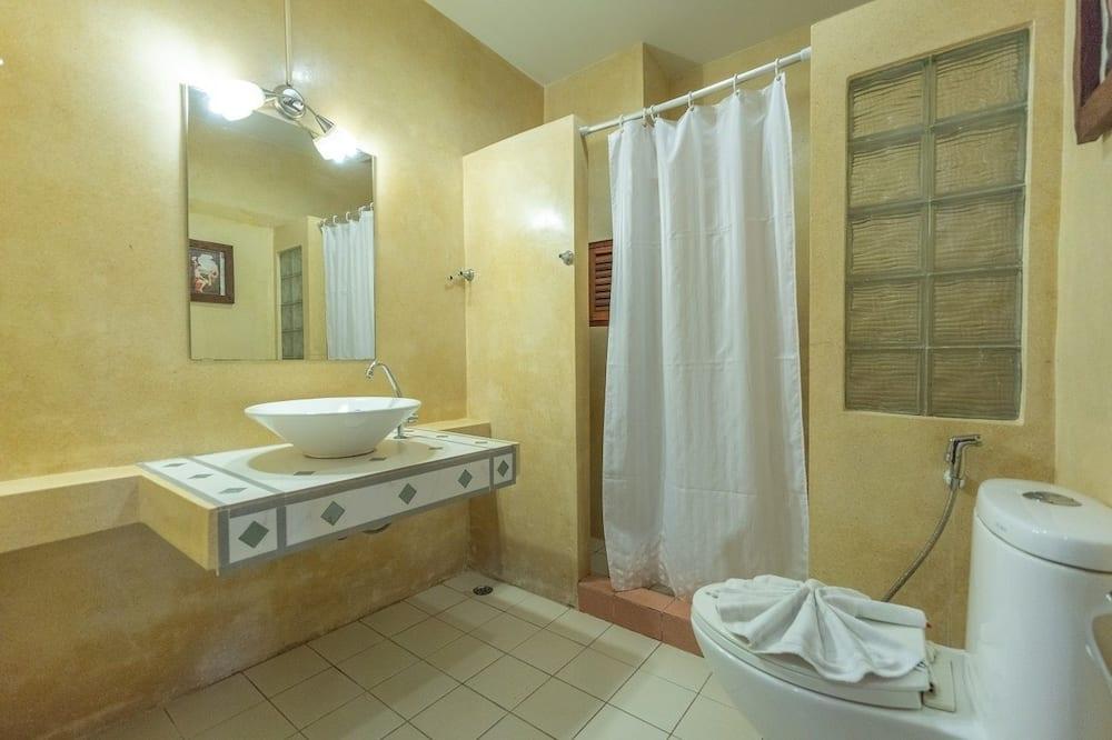 Deluxe Triple Room, 3 Twin Beds - Bathroom