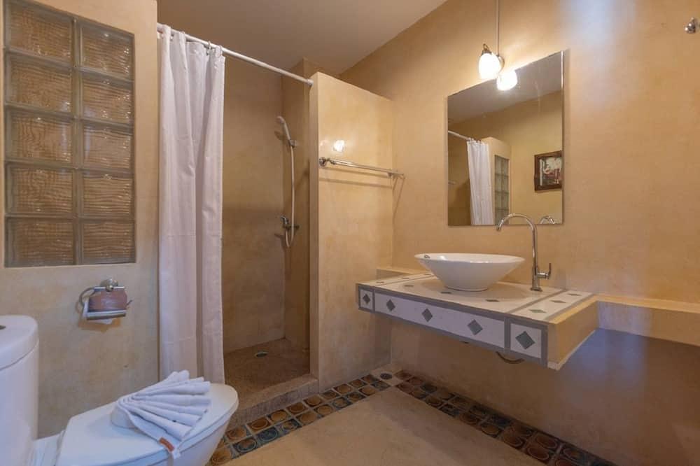 Standard Double Room, 1 King Bed - Bathroom