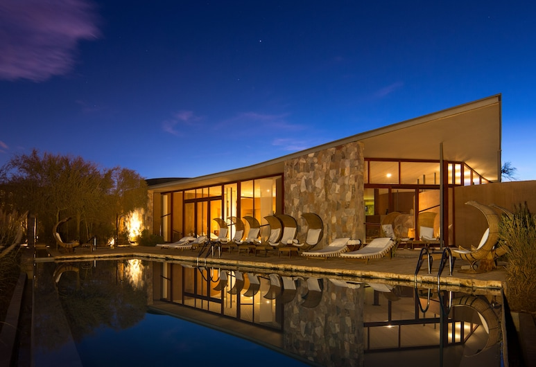 Tierra Atacama Hotel And Spa, San Pedro de Atacama, Фасад отеля вечером/ночью