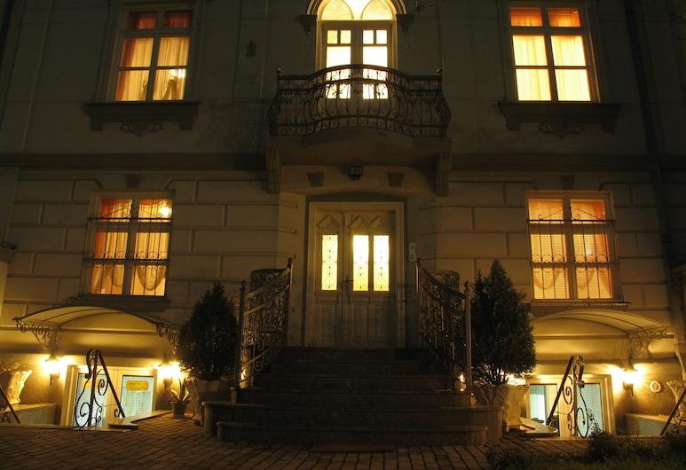 Tokin House, Bitola, Hotellets front – kveld/natt