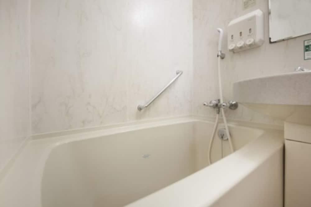ツインルームシングルサイズベッド 2 台 - バスルーム