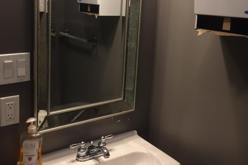 Μονόκλινο Δωμάτιο, Κοινόχρηστο Μπάνιο - Μπάνιο