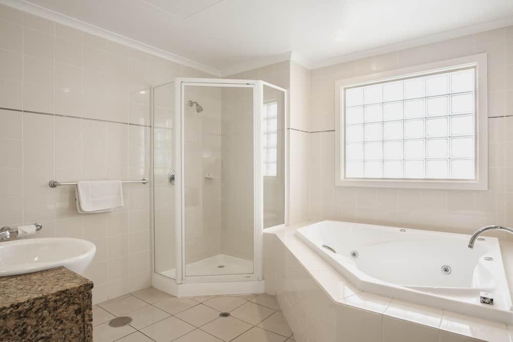 Deluxe Studio Suite - Private spa tub