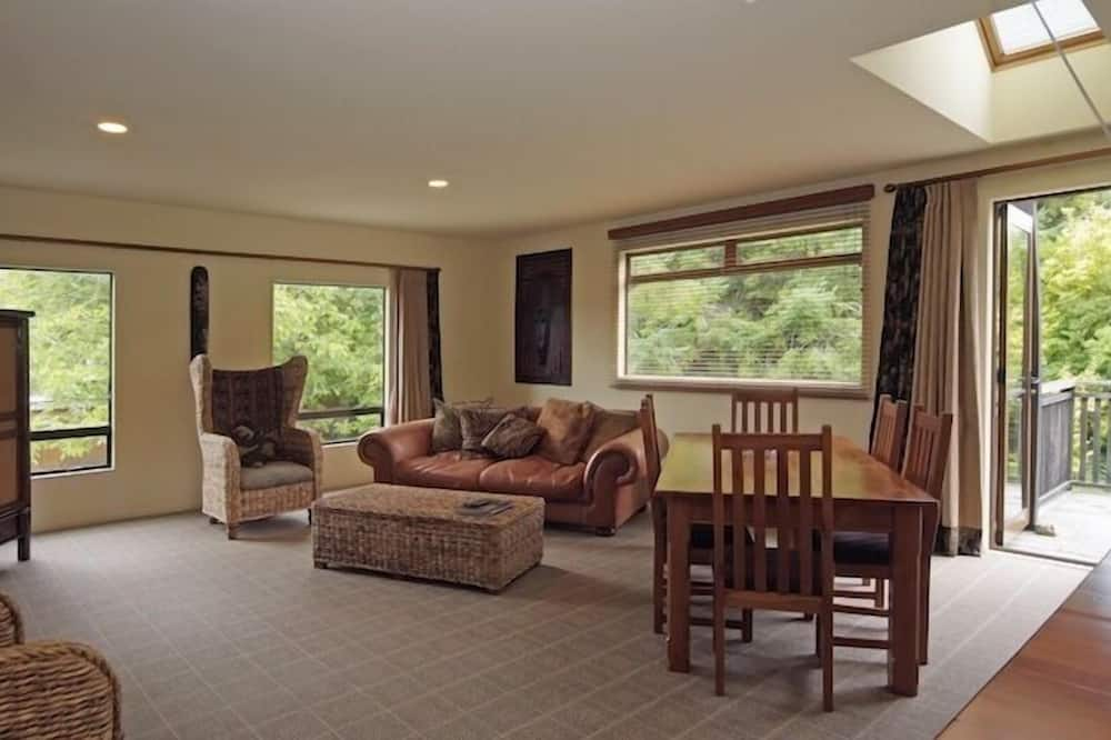 Luxury House, River View - Living Area