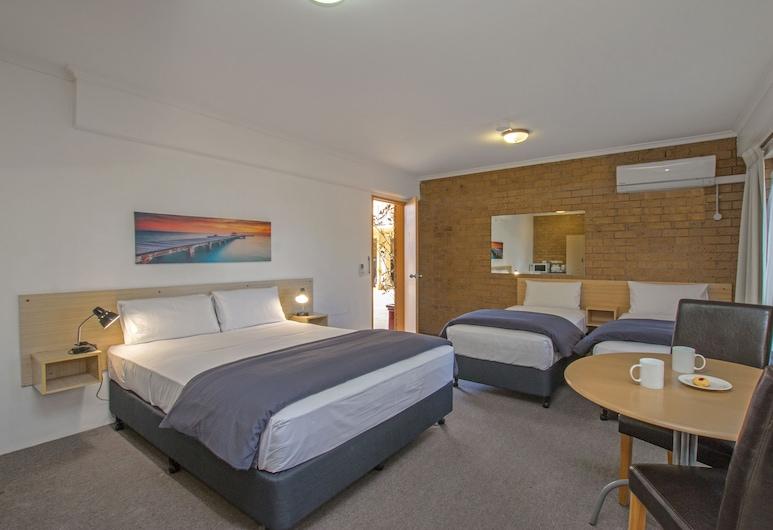 River Street Motel, Ballina, Quadruple Room with Terrace, Guest Room
