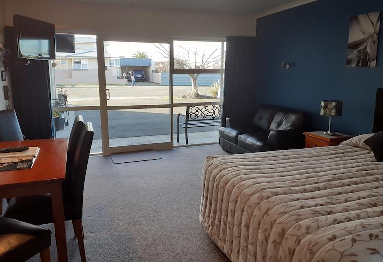 AAA Thames Court Motel, Oamaru, Executive Apartment, 1 Bedroom, Living Area