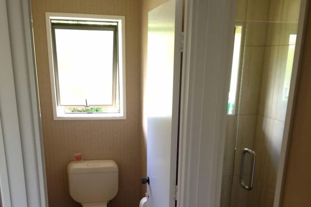 Улучшенный номер, смежные ванная комната и спальня - Ванная комната