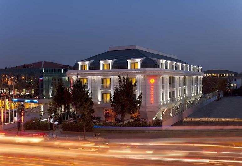 Ramada by Wyndham Istanbul Asia, Estambul, Fachada del hotel de noche