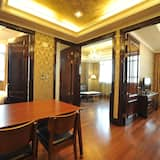 Emerald Family Room - In-Room Dining