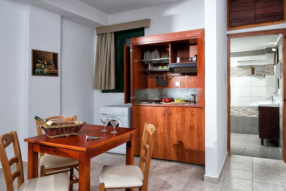 شقة - غرفتا نوم - تناول الطعام داخل الغرفة