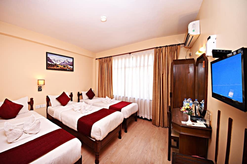 Deluxe Triple Room, 3 Twin Beds - Living Area