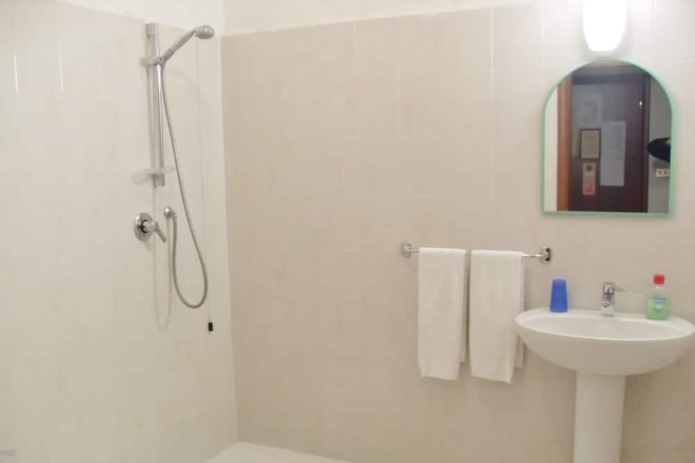Pokój dla 3 osób o podstawowym wyposażeniu, prywatna łazienka (2nd floor - no elevator) - Łazienka