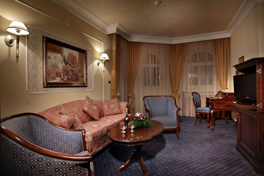 Family Suite, 1 Bedroom - Living Area