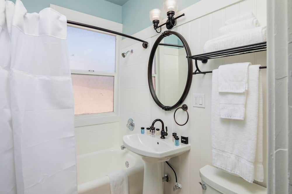 Standard Room, 2 Double Beds, Non Smoking - Bathroom