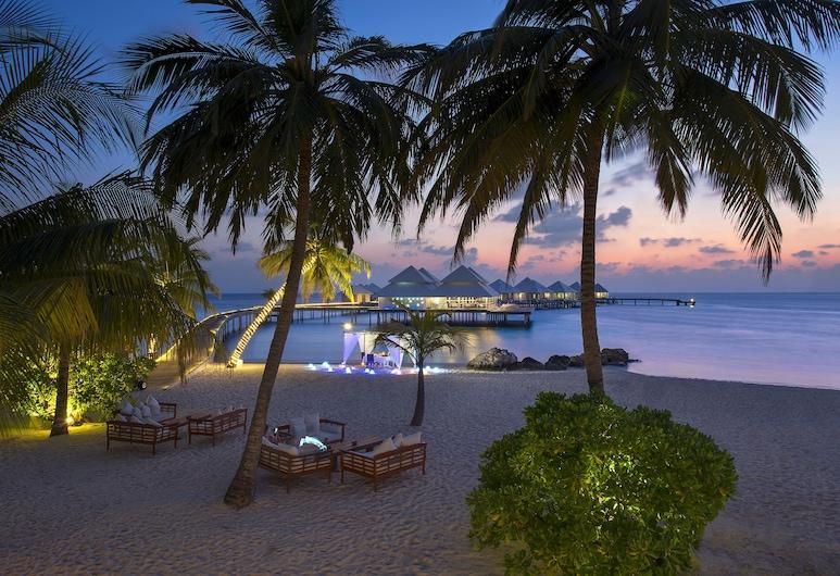 Diamonds Thudufushi Beach & Water Villas All Inclusive, Isla Thudufushi, Fachada del hotel de noche